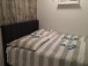 Schlafzimmer mit Boxspringbett und neuem Designbelag